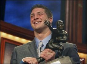 Heisman Trophy winner Tim Tebow holds up the coveted trophy at the Heisman ceremony on 12/8/07